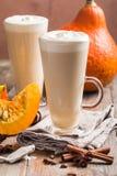 Latte de potiron avec la crème fouettée image libre de droits