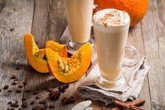 Latte de potiron avec la crème fouettée images stock