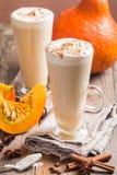Latte de potiron avec la crème fouettée image stock