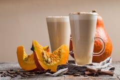 Latte de potiron avec la crème fouettée photos libres de droits