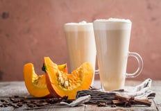 Latte de potiron avec la crème fouettée photos stock