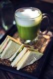 Latte de thé vert de Matcha sur la table en bois Image stock