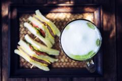 Latte de thé vert de Matcha sur la table en bois Images libres de droits