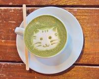 Latte de thé vert de Matcha avec le ` de visage de chat de ` d'art de latte photographie stock libre de droits