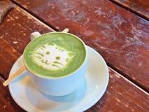 Latte de thé vert de Matcha avec le ` de visage de chat de ` d'art de latte image stock