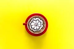 Latte del café con arte de la flor Foto de archivo libre de regalías