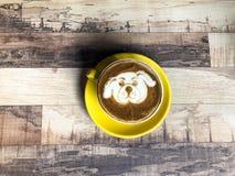 Latte del café con arte de la leche del perrito del perro Imagen de archivo