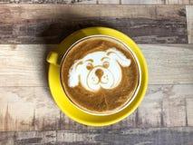 Latte del café con arte de la leche del perrito del perro Foto de archivo libre de regalías