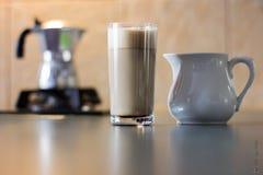 Latte del café con el jarro de leche y el fabricante de café Imagen de archivo