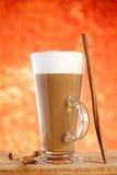 Latte del café con los palillos de cinamomo Imagen de archivo libre de regalías