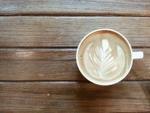 Latte del café en la tabla de madera Fotos de archivo libres de regalías