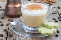 Latte del café en las tazas de cristal con las galletas del matcha Imágenes de archivo libres de regalías