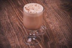 Latte del café servido en alto vidrio Fotos de archivo