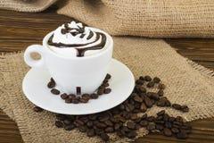 Latte del caffè Caffè con guarnizione crema montata in un vetro alto Fotografie Stock