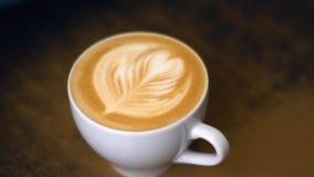 Latte del caffè con una forma del cuore nella schiuma per il giorno di biglietti di S. Valentino stock footage