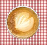 Latte del caffè decorato con la schiuma del latte fatta sotto forma di modello fotografia stock libera da diritti