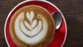 Latte del caffè servito su un piatto rosso archivi video