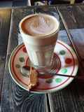 Latte del caffè in un vetro alto con pane tostato Immagini Stock Libere da Diritti