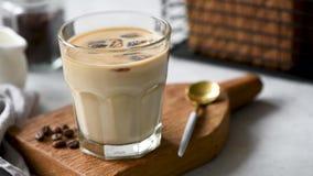 Latte del caff? di ghiaccio in vetro video d archivio