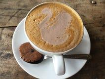 Latte del cigno Caffè con il biscotto classico fotografia stock