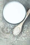 Latte del riso sui precedenti di legno Fotografie Stock Libere da Diritti