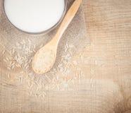 Latte del riso sui precedenti di legno Immagine Stock
