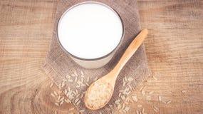 Latte del riso sui precedenti di legno Fotografia Stock