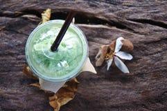 Latte del tè verde del latte dei frullati fotografia stock libera da diritti