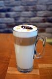 Latte delicioso Macchiato en la taza de cristal Imagenes de archivo
