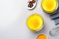 Latte della curcuma, latte dorato, tè, bevanda sana del vegano fotografie stock libere da diritti