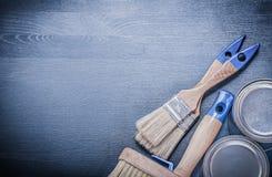 Latte della pittura dei pennelli sul bordo di legno Fotografie Stock Libere da Diritti