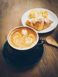 latte della tazza di caffè sul texturel di legno Immagine Stock