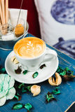 Latte della tazza di caffè sulla tavola blu fotografie stock