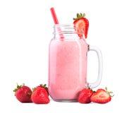 Latte delle fragole, su un fondo bianco Un vetro del frullato della fragola con paglia rossa Cocktail da latte e dalle bacche Immagini Stock Libere da Diritti