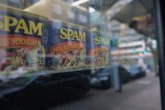 Latte dello Spam su un'esposizione della finestra di deposito immagine stock libera da diritti