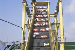 Latte di alluminio che si muovono lungo un trasportatore ad un centro di riciclaggio in Santa Monica, California Fotografie Stock