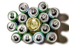 Latte di alluminio del supporto della birra nelle file su un fondo leggero immagine stock libera da diritti