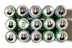 Latte di alluminio del supporto della birra nelle file su un fondo leggero fotografie stock libere da diritti