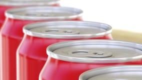 Latte di alluminio rosse sul trasportatore Bibite o linea di produzione della birra Riciclaggio dell'imballaggio rappresentazione Immagini Stock