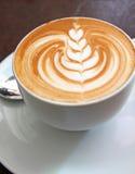 Latte di arte su un caffè del cappuccino Fotografia Stock