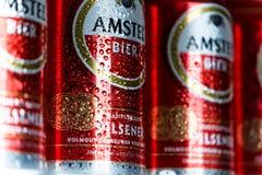 Latte di birra di Amstel in una fila, fine su, goccioline di acqua/condensazione sulla latta di birra fotografia stock