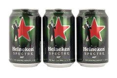 Latte di birra di Heineken, con la pubblicità per lo spettro di film di James Bond Immagini Stock Libere da Diritti