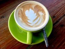 Latte di Caffe Tazza verde fotografia stock libera da diritti