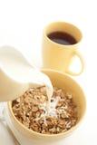 Latte di versamento in cereale da prima colazione - alta chiave Immagine Stock