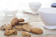 Latte di versamento della casseruola in ciotola da fare colazione Immagini Stock Libere da Diritti