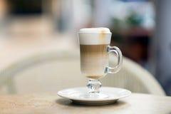 Latte do café em um vidro na tabela Fotos de Stock