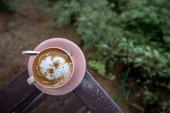 Latte do café no copo branco na estada da placa no patamar com Mountain View foto de stock