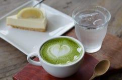 Latte do chá verde e bolo do limão foto de stock
