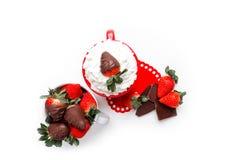 Latte do chocolate da morango no copo vermelho Fotos de Stock Royalty Free