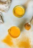 Latte dorato con la polvere in vetri, amplificazione naturale della curcuma di salute Fotografie Stock Libere da Diritti